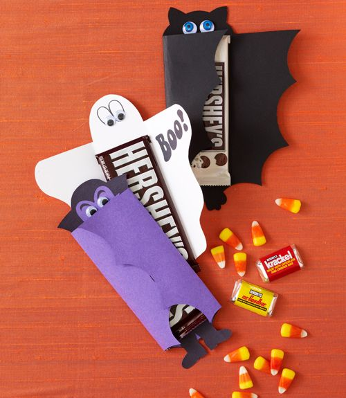 Paquet bonbons décoration Halloween  http://www.homelisty.com/decoration-halloween-2015-49-idees-deco-terrifiantes/    #décoration #halloween