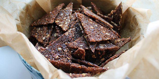 De sprøde rugbrødschips kommes i en tætlukket dåse, så de kan holde sig sprøde og lækre.