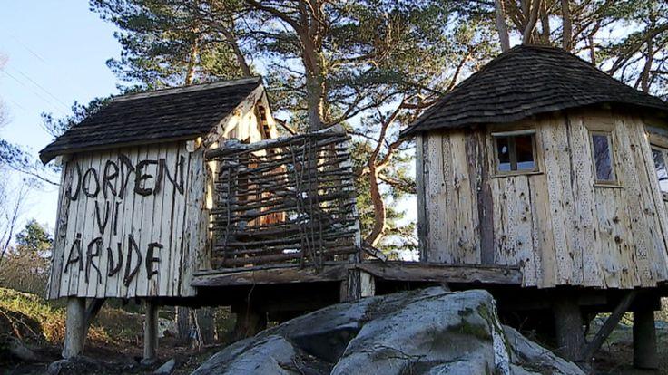 Hun har bygd hytter av søppel over hele landet, fra Svalbard i nord til helt sør på Lista. Nå har Kvinesdalskunstneren som snart gjør Fredrikstadboer av seg gjort ferdig sitt siste prosjekt og det midt i Nasjonalparken på Koster utenfor Strømstad. Søppel dette også ? Døm selv.
