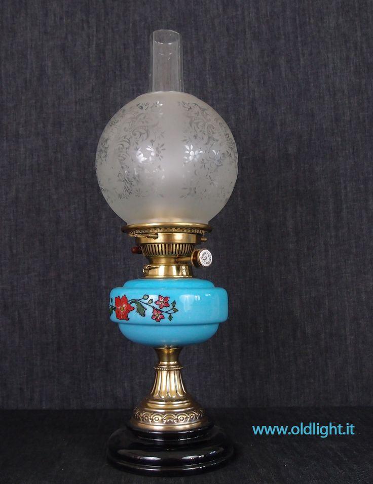 Lampada  da tavolo ( Inglese) stile Vittoriano,  in ottone e ceramica; Serbatoio in opalina azzurra con decorazioni floreali realizzate a mano; Bruciatore DUPLEX N° 2 ( Hink's & Sons ) ; Tubo ovale in cristallo   per Duplex; Paralume globo in cristallo con decorazioni acidate.
