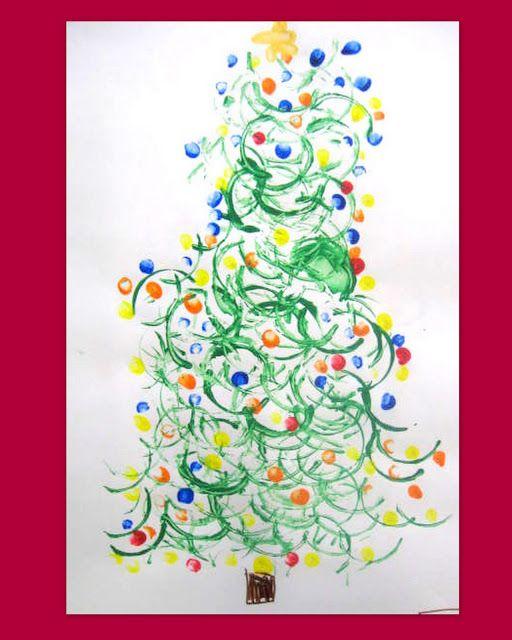 Verftekening van een kerstboom gemaakt met een w.c.rol en de vingertoppen.