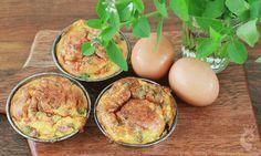 É omelete, mas servida assim fica muito mais fofinha. É só usar as forminhas de muffim, empada ou até as de cupcake e levar sua omelete linda para o forno. Ingredientes 3 ovos caipiras, manjericão …
