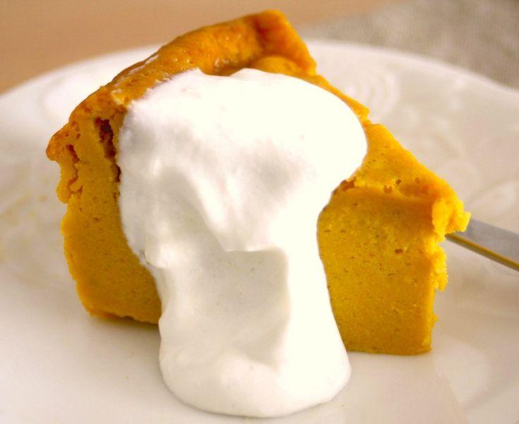 乳製品フリー、豆腐ホイップクリームの作り方。 まず木綿豆腐を布巾やキッチンペーパーなどで包み、皿などで重しをして1時間しっかり水切りをします。あとは、 メープルシロップ(または甜菜糖)大さじ2〜3、 菜種油大さじ1、 塩ひとつまみ、 バニラエッセンス少々、 すべてをフープロにかけてなめらかにするだけ。
