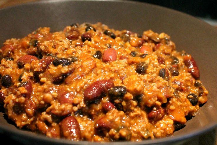 Nagyon finom, laktató étel a mexikói chilis bab (chili con carne, csilis bab). Elkészítése egyszerú. Recept fényképekkel, pontos mennyiségekkel!