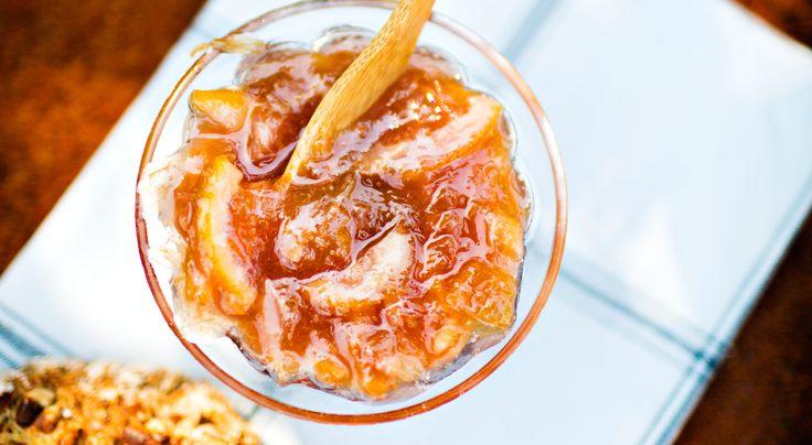 Recept på rabarber- och citronmarmelad. Liten sats som går snabbt att göra. Använd helst ekologisk citron; den är mer aromatisk. Som variation kan marmeladen smaksättas med färsk ingefära eller en halv vaniljstång.