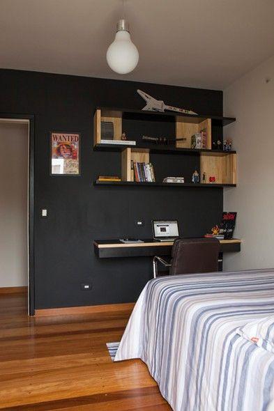 A parede pintada de tinta lousa ganhou prateleiras no quarto da artesã Valéria e do médico Marcos Curi. O projeto é das arquitetas Mariana Andersen e Mariana Guardani, da Casa 14.