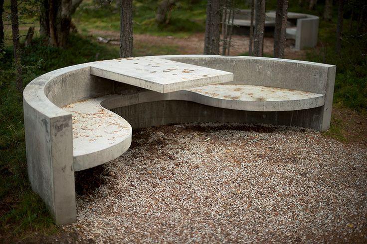 Strømbu hovedrasteplass. Møbler i betong.     Foto: Jarle Wæhler