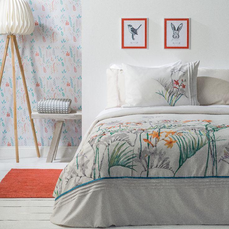 Un dormitorio acogedor y minimalista, que invita a descansar.