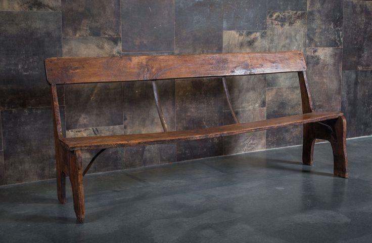 Oude houten bank met rugleuning