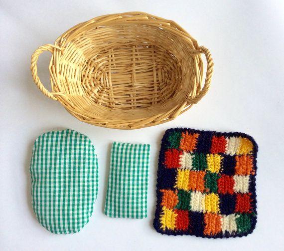 Lettino per bambole, culla con materasso cuscino cuciti e coperta all'uncinetto , regalo fatto a mano per bambini