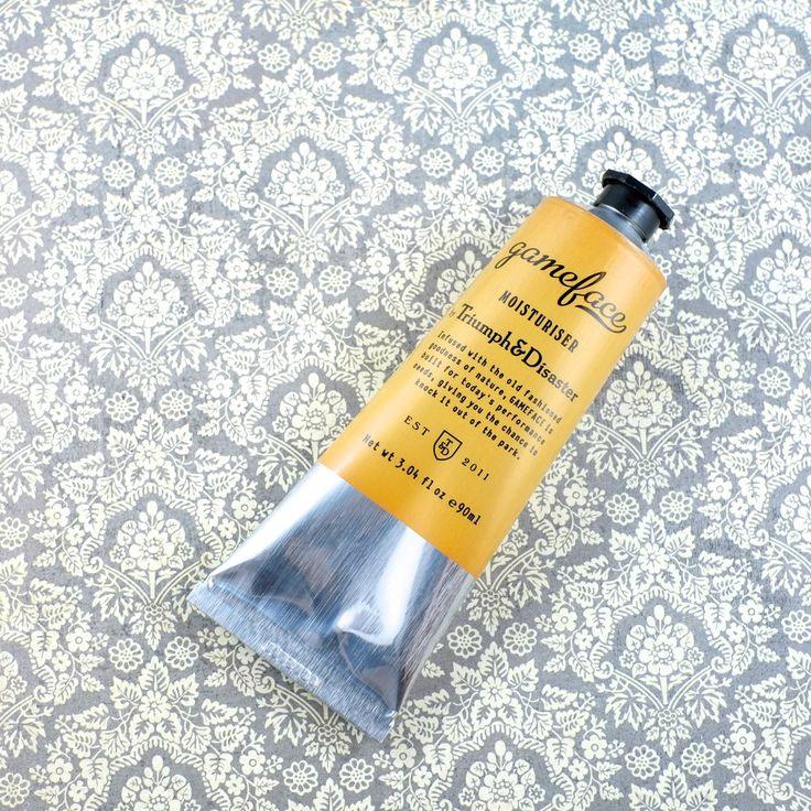 Après-rasage et hydratant dans un tube d'aluminium de 90 ml.  Triumph & Disaster vous offre un hydratant non gras, rafraîchissant et rapidement absorbé pa...