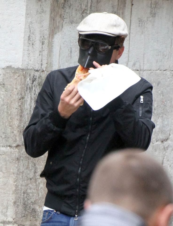 And finally, remember when Leonardo DiCaprio walked around Italy, feeding himself pizza through full face mask? Yeh TAKE THAT PAPS..