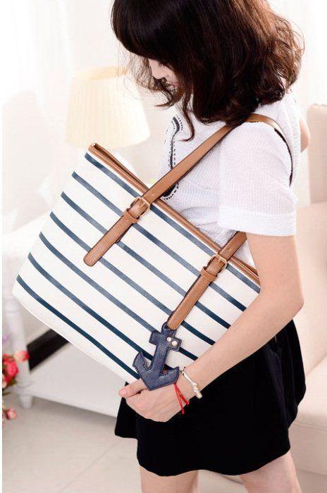 Warna belang biru di tas warna barang aslinya hitam Belangnya adalah hitam putih, bukan biru putih Jangkar tetap warna biru  Tinggi : 31cm Lebar : 43cm Tebal : 10cm Cara Buka : Resleting Tali Panjang : Tidak Ada Bahan : PU