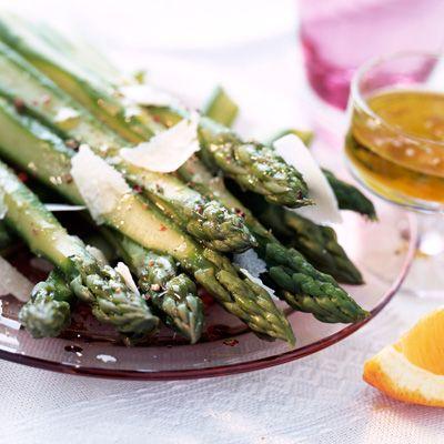 Découvrez la recette Asperges vertes au parmesan, vinaigrette d'agrumes sur cuisineactuelle.fr.