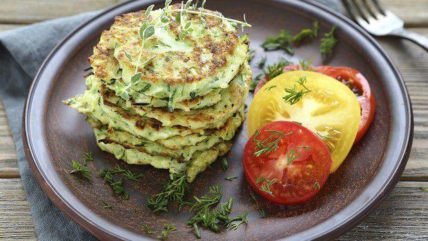 Le frittelle di zucchine da fare in casa per la cena