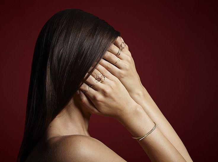 Ein Solitär-Ring, klassisch aus Silber oder Weißgold, mit einem einzigen Stein, meist einem runden Diamanten mit Brillantschliff. So würden viele Frauen vermutlich den perfekten Verlobungsring beschreiben. Diese traditionelle Variante ist eine sichere Wahl, aber nicht unbedingt die passende. Denn nicht jede Frau träumt von einer Märchenhochzeit mit Pferdekutsche, Tauben und 3-stöckiger Torte. Darum werden unkonventionelle Verlobungsringe, die den persönlichen Stil widerspiegeln, immer…