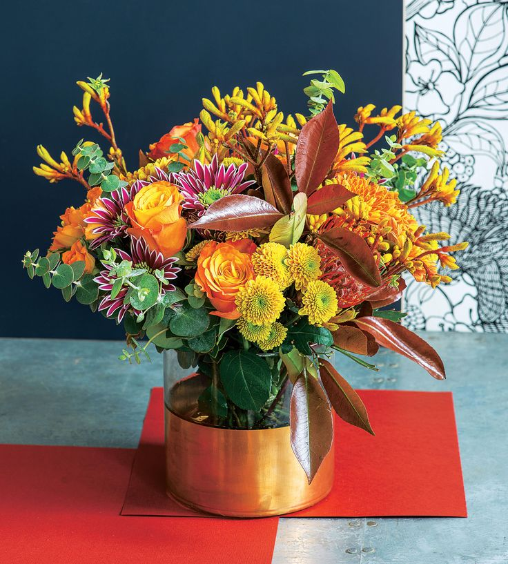 "Truffaut - Composition d'automne : roses ""mario"", anigozantos, chrysanthèmes, photinia, eucalyptus."