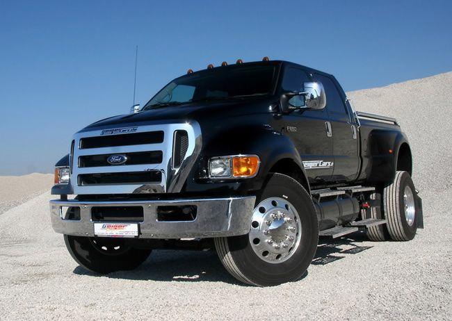 Camionete Ford F-650 preta, com pneus de caminhão.