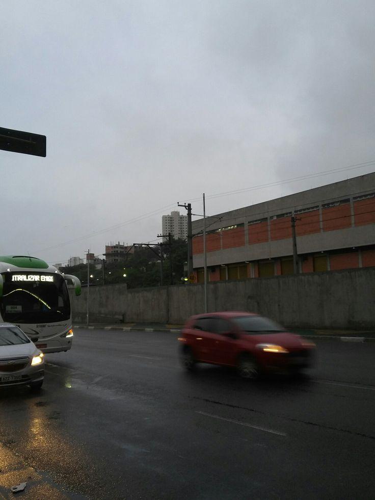 A caminho do trabalho em uma manhã chuvosa..