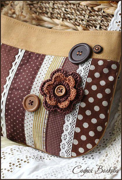 Сумочка `Тёплое печенье`. Душевная и уютная сумочка-клатч в моём любимом пуговично-деревенском стиле.   Передняя часть сумочки собрана из тканей бежевых и шоколадных оттенков - хлопка и льна, украшена молочным и белым кружевом, тесьмой,…
