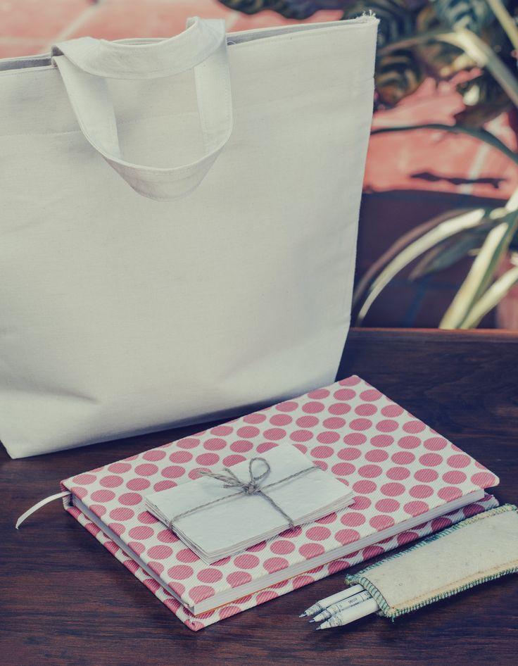 Cuadernos hechos a mano con hojas certificadas FSC forrados en textiles estampados con tintas al agua. Lápices grises o de colores, hechos con papeles de diario reutilizados. Anotadores de papel reciclado hecho a mano. (Obra Inspiración Sustentable)