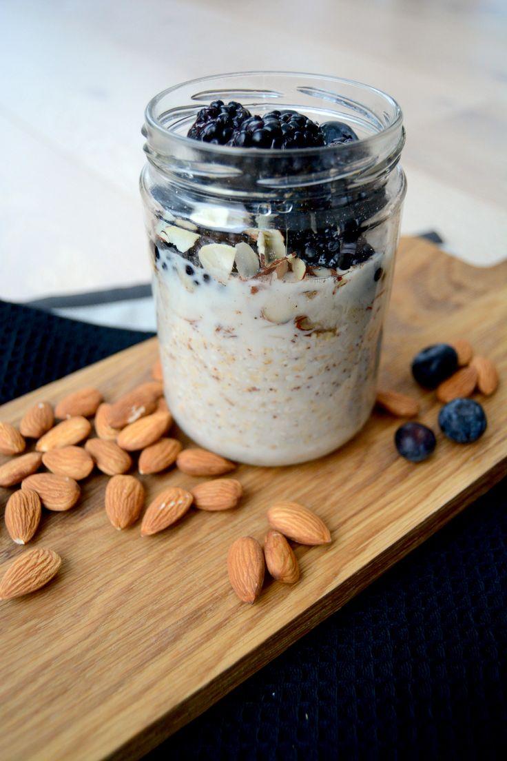 Kjøleskapsgrøt med mandelmelk og friske bær I Over night oats with almond milk and fresh berries