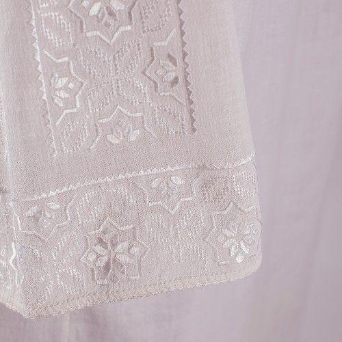 Ie oltenească de nuntă, cu ornamente din mătase  Această piesă de costum popular românesc provine din zona Olteniei, este lucrată pe pânză de bumbac, iar decorațiunile sunt cusute cu fir de mătase și bumbac alb. Evaluarea etnografică plasează ia în perioada anilor 1910-1920.