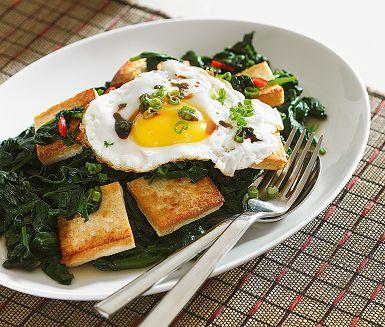 Naturell tofu smakar inte så mycket i sig själv, men ger god konsistens. Här är det i stället den indonesiska söta sojan ketjap manis som sätter smak på denna smakfulla vegetariska rätt med stekt ägg. En god vegetarisk rätt eller som tillbehör på buffén.
