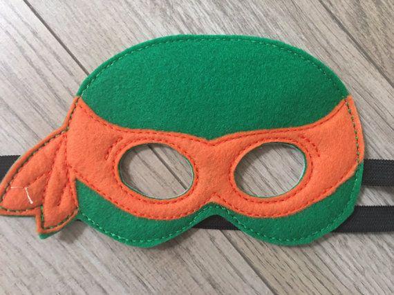 TMNT Teenage Mutant Ninja Turtles máscaras inspiradas son perfectos para fiestas de cumpleaños, Halloween, vestido - para arriba juegos y regalos. Cada máscara se hace eco amigable reciclado de calidad fieltro bordado/apliques de robustez y calidad. Cada máscara viene con un 1/2 negro elástico trasero que es zig-zag cosido en varias veces para la seguridad.  Todas las máscaras medida 20 en la circunferencia y son para los niños. Si usted está preocupado acerca de un ajuste apropiado...