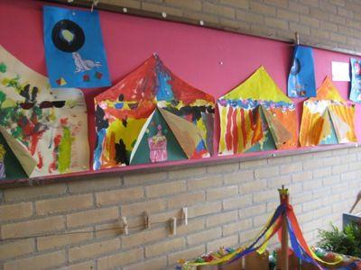 * Circustent: Groot schilderpapier, tent uitknippen, verven, drogen en opplakken op een gekleurd vel, in de tent staat...... Kinderen mogen er zelf iets in knutselen....