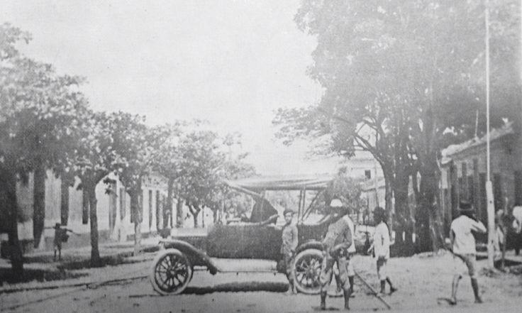 PRIMER CARRO que llego a Cucuta en 1912, el cual era de propiedad de Don Enrique Raffo.