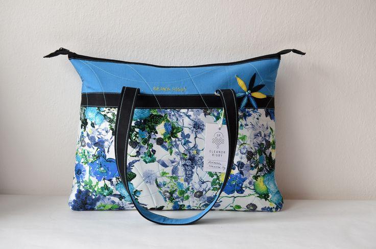 Eleanorka+notebook+Prostorná+vypolstrovaná+kabelka+určená+pro+Váš+notebook.+Krásné+květinové+motivy,+detailní+prošití+kabelky+a+do+modra+laděné+odstíny+s+květinovými+vzory+jsou+výraznými+prvky+této+originální+handmade+kabelky.+Stylová+kabelka,+která+je+ideální+pro+Váš+notebook+a+vaše+dokumenty,+sešity+či+knížky.+Kabelka+obsahuje+v+zadní+části+kapsičku...