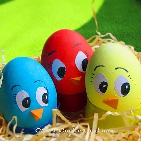 Auch mit Lebensmittelfarben lassen sich Eier toll färben. Ich nehme dazu die Pastenfarben mit welchen ich sonst den Fondant färbe. Eine Anleitung dazu gibt es im Blog. (Link im Profil)  #ostern #ostereier #osternwirdjöö #eierfärben #cakescookiesandmore #schweizerfoodblog #swissfoodblogger #eier #lebensmittelfarben