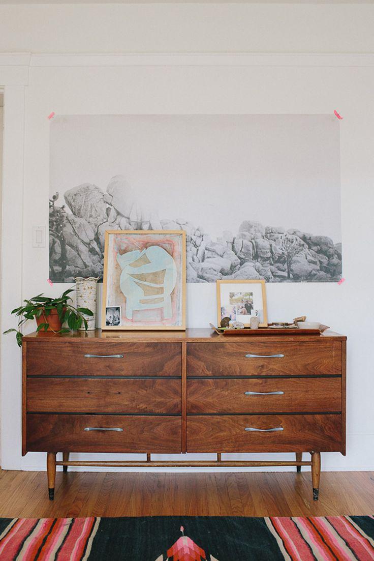 Per creare un ambiente rilassante che ispiri libertà di movimento, sono stati scelti colori chiari, tappeti colorati, arredo minimale e tante piante