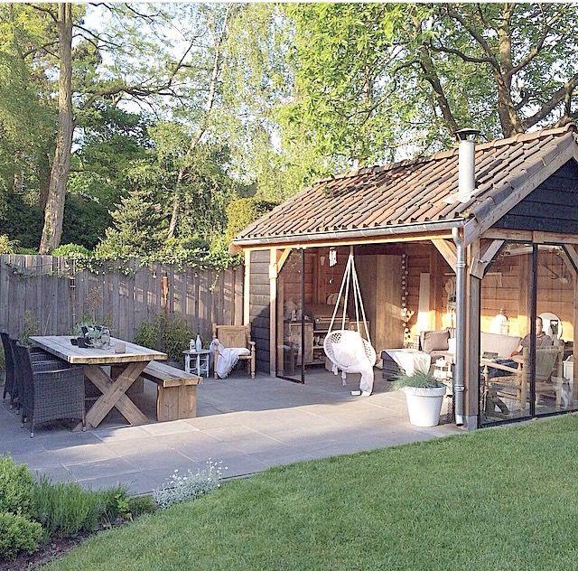 Klusidee: tuinschuur ombouwen tot loungehoek met hangstoel