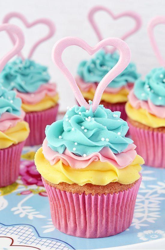 Cupcakes decorado con la silueta de un corazón que puede ser de chocolate o fondant. #CupcakesAmorYAmistad