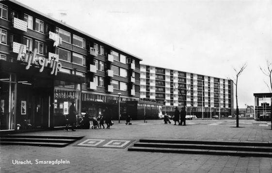 smaragdplein in Hoograven. Een foto van lang geleden met hier nog de 'Kijkgrijp' Begin jaren 60