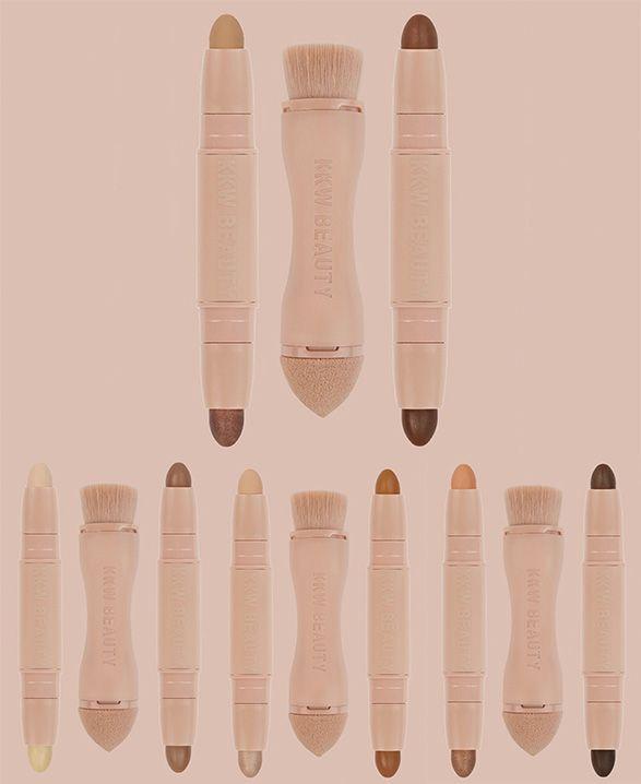 Assim como Kylie era famosa pelo bocão e começou com os kits de lápis + batons líquidos, Kim, rainha do contorno, dá o start em sua coleção com o kit Créme Contour and Highlight, que conta com dois sticks (um com dois tons para contorno e outro com mais dois para iluminar) e ainda um pincel duplo (uma ponta com uma esponja, boa pro iluminador, e a outra perfeita para esfumar)