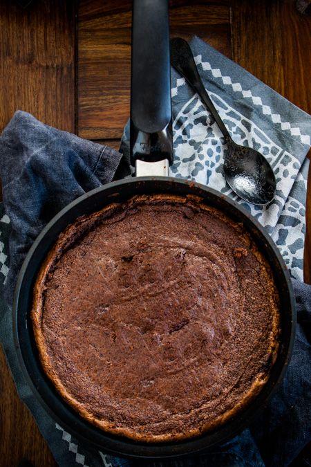 """Warum schiebt man eigentlich den Kuchen in den Ofen? Na ganz klar: weil dort optimale Bedingungen zum durchbacken herrschen: Gut kontrollierbare, gleichmäßige Hitze. Aber was tun eigentlich diejenigen, die keinen Ofen haben und es leid sind, nur """"Kühlschranktorten"""" selbst zu machen? Sie könnten auf die Idee kommen, den Kuchen auf dem Herd auszubacken. Was mit …"""