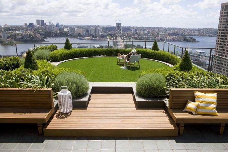 Grünes Dach mit verschiedenen Pflanzen und Rasenfläche