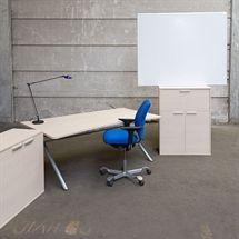Komplet arbejdsplads med Four Design hæve sænkestel og med topplade i hvid eg.  HÅG H05 kontorstol i blå stof.  Kontorskab i hvid eg med 2 låger og 1 arkivskuffe + kontorskab i hvid eg med 2 låger, plus 1 bordlampe med i prisen.  Nyt skab og bordplade. Brugt stel og kontorstol og lampe.