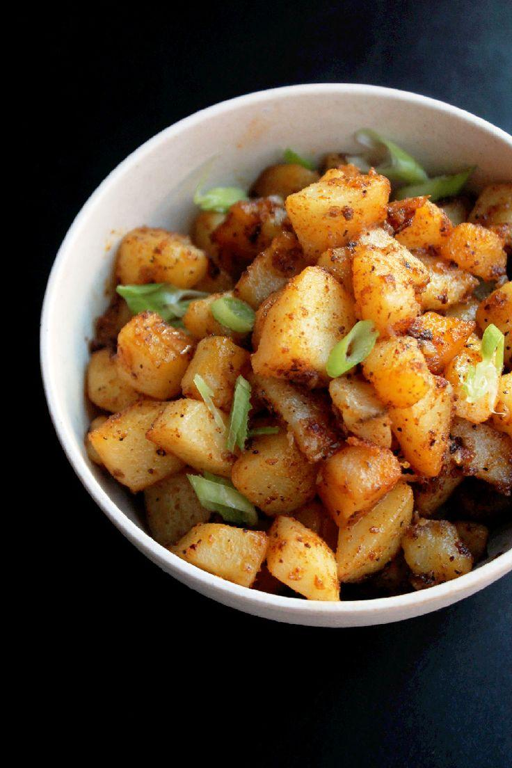 Batatas crioulos picantes - cozer, saltear com especiarias e ervas no wok