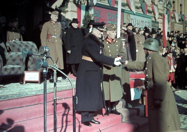 Horthy Miklós kormányzó ünnepség keretében kitüntetést ad át. Mellette Keresztes-Fischer Lajos altábornagy, hátul Bartha Károly vezérezredes, honvédelmi miniszter.