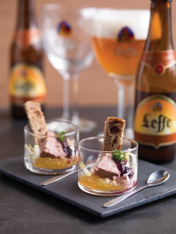 1. Schep het sinaasappelkonfijt op de bodem van een glaasje. Schep het witloof ernaast. 2. Leg de wildpaté erop en lepel de bosbessen erover. 3. Toast het brood en zet in het glaasje. Werk af met peterselie. Tip: lekker met Leffe Tripel.