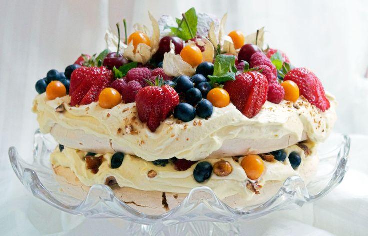 Pavlova med appelsinkrem, karameliserte hasselnøtter og sommerens bær - Matblogger Elin Larsen (40) står bak denne fantastiske kaken som ga henne seieren i konkurransen om å bake Norges beste 17. mai-kake. I premie får hun velfortjent ære, og en ny Kenwood kjøkkenmaskin.