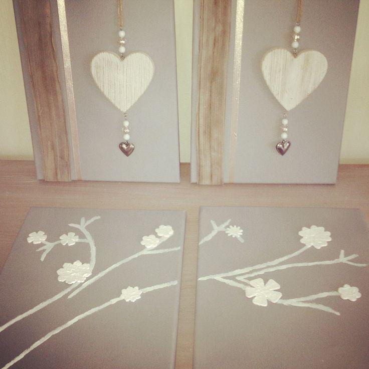 Creatief met canvas! Egaal grijs gespoten met spuitbuis (primer - Action) Boven: hangers   lint (Action) Onder: bloemen van foam witgeschilderd (Hema)