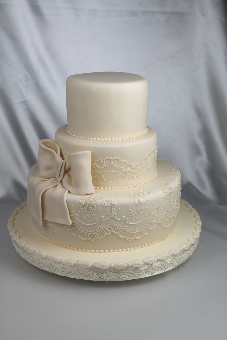 Round Wedding Cakes - lace and bow. THIS IS PERFECT. IF I COULD PICK MY PERFECT CAKE this would be IT!!! - Jaraka