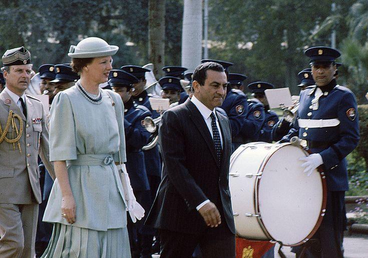 La reina Margarita fue recibida por el que era en ese momento presidente de la República Árabe de Egipto, Hosni Mubarak.