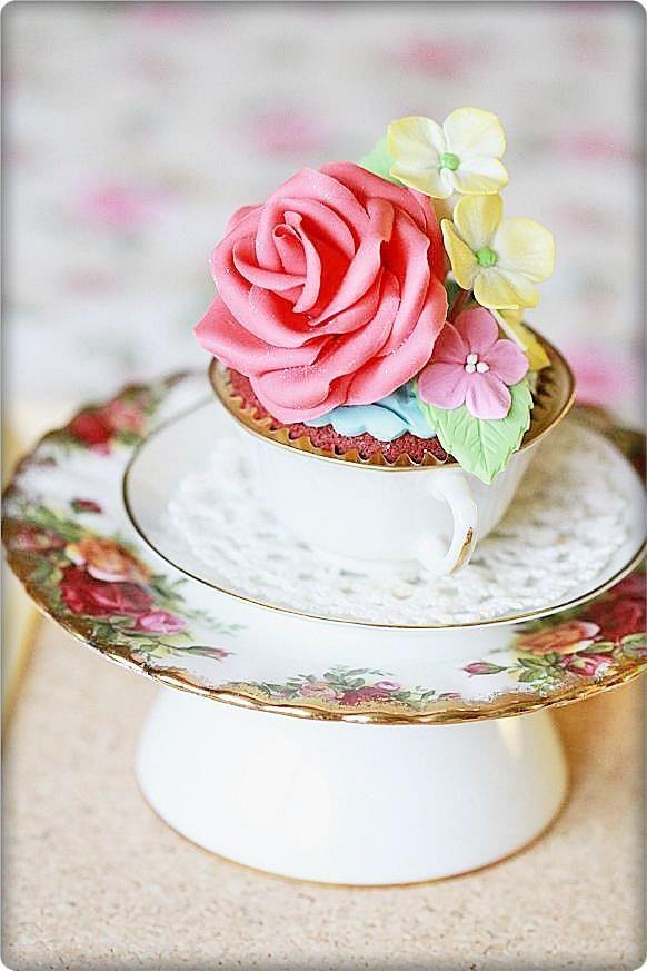 In love with rose with my rose cupcake!!      Ros är en vackraste blommor tycker jag!! Jag gillar att dekorera mina cupcake med ros oc...