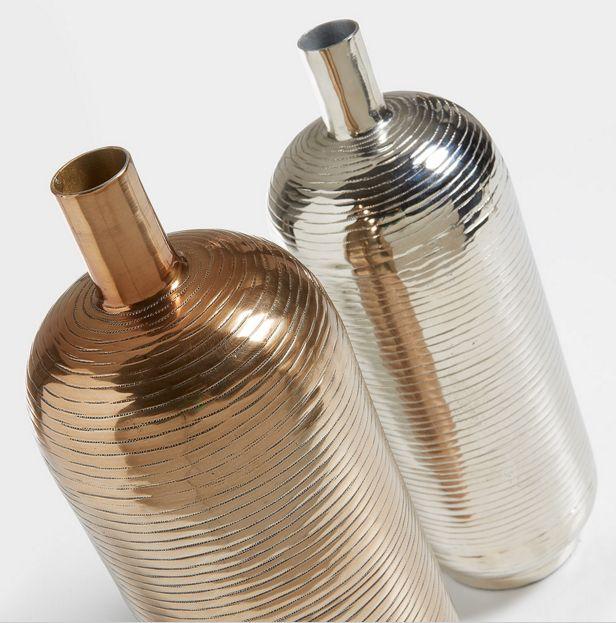 To lekre vaser i nikkel og metall Modell Tulum.  www.mirame.no #vase #nikkel #metall #interior #inne #interiør #kamille #bonytt #rom123 #sjekkutvårnettbutikk #nettbutikk #interiørpånett #mirame #design #vakrehjem #norge #norsk #norskehjem #oslo #tulum #design